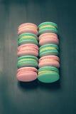 Bolinhos de amêndoa doces coloridos no preto Foto de Stock Royalty Free