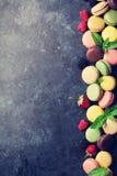 Bolinhos de amêndoa e bagas coloridos Fotografia de Stock Royalty Free