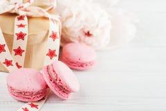 Bolinhos de amêndoa e caixa de presente cor-de-rosa de kraft fotografia de stock