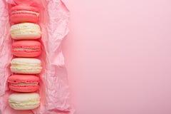Bolinhos de amêndoa em uma caixa em um claro - fundo cor-de-rosa, flatlays, com um espaço vazio para escrever em um cartão ou em  fotos de stock
