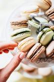 Bolinhos de amêndoa franceses caseiros na placa, no pistache, no café e no Va foto de stock royalty free