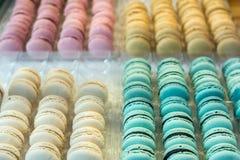 Bolinhos de amêndoa franceses coloridos em uma caixa Foto de Stock