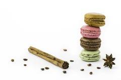 Bolinhos de amêndoa franceses doces e coloridos, vara de canela, anis fotos de stock