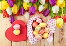 Bolinhos de amêndoa franceses em caixa heartshaped Foto de Stock Royalty Free