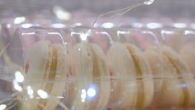 Bolinhos de amêndoa franceses saborosos com luz da festão do bokeh do Natal video estoque