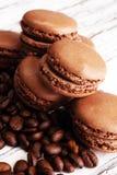 Bolinhos de amêndoa ou macaron francês doce e colorido com café imagem de stock