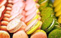 Bolinhos de amêndoa pequenos dos bolos redondos com um enchimento cremoso Confetes coloridos com sabores originais Uma guloseima  imagem de stock royalty free