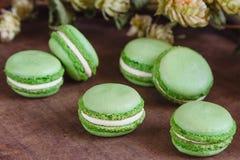 Bolinhos de amêndoa verdes no fundo de madeira escuro Fotos de Stock Royalty Free