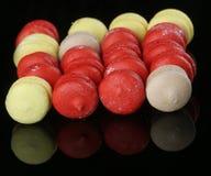 Bolinhos de amêndoa vermelhos saborosos Fotos de Stock