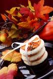 Bolinhos de Halloween com as abóboras no fundo Fotos de Stock
