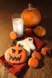 Bolinhos de Halloween com um vidro do leite Imagem de Stock Royalty Free