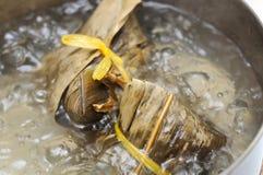 Bolinhos de massa chineses da carne na água de ebulição Fotos de Stock Royalty Free
