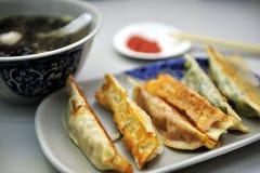 Bolinhos de massa chineses fritados Fotos de Stock Royalty Free