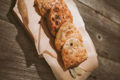 Bolinhos de massa fritados bandeja Fotografia de Stock Royalty Free