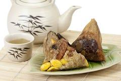 Bolinhos de massa ou zongzi do arroz com chá Imagem de Stock Royalty Free