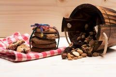 Bolinhos de microplaqueta de chocolate com porcas Fotos de Stock Royalty Free