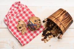 Bolinhos de microplaqueta de chocolate com porcas Fotografia de Stock
