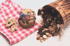 Bolinhos de microplaqueta de chocolate com porcas Foto de Stock Royalty Free