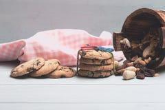 Bolinhos de microplaqueta de chocolate com porcas Fotografia de Stock Royalty Free