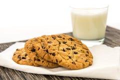Bolinhos de microplaqueta de chocolate e vidro do leite Imagens de Stock