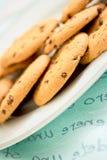 Bolinhos de microplaqueta de chocolate no jogo azul da tabela Imagem de Stock Royalty Free