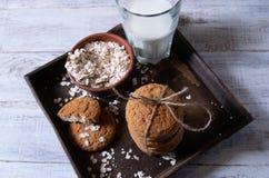 Bolinhos de Oatmeal com leite imagem de stock royalty free