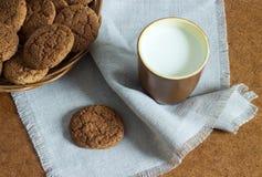 Bolinhos de Oatmeal com leite Fotos de Stock