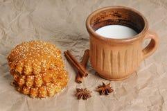 Bolinhos de Oatmeal com sementes de sésamo cookies do mel com sementes de sésamo Alimento do Natal fotos de stock royalty free