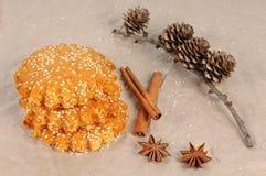 Bolinhos de Oatmeal com sementes de sésamo cookies do mel com sementes de sésamo Alimento do Natal foto de stock