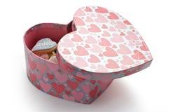 Bolinhos do amor na caixa cor-de-rosa do coração Imagens de Stock Royalty Free