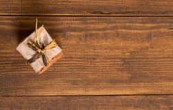 Bolinhos do Natal Biscoitos Bolo Cookies empilhadas dos pedaços de chocolate no guardanapo de papel em uma caixa de presente cook Fotografia de Stock
