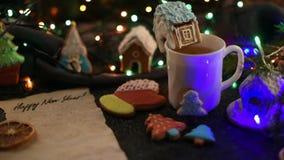 Bolinhos do Natal e copo do chá video estoque