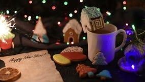 Bolinhos do Natal e copo do chá vídeos de arquivo