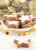 Bolinhos do Natal em um fundo do creme e do ouro foto de stock royalty free