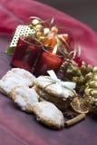 Bolinhos do Natal na tabela decorada foto de stock royalty free