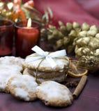 Bolinhos do Natal na tabela decorada fotos de stock royalty free