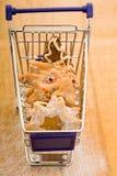 Bolinhos do Natal no carro de compra Imagem de Stock Royalty Free
