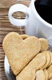 Bolinhos e café dados forma coração Foto de Stock Royalty Free