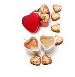 Bolinhos e café de creme dados forma coração Imagens de Stock