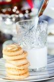 Bolinhos e leite imagens de stock