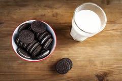 Bolinhos e leite foto de stock