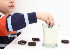 Bolinhos e leite imagens de stock royalty free