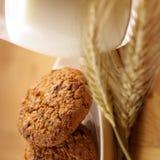 Bolinhos e leite da aveia Imagem de Stock