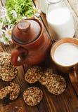 Bolinhos e leite de Oatmeal Fotografia de Stock