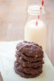 Bolinhos e leite do chocolate fotografia de stock