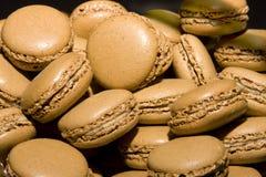 Bolinhos franceses do macaroon do chocolate Fotos de Stock Royalty Free