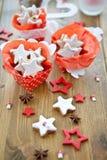 Bolinhos Star-shaped da canela em umas caixas de presente fotografia de stock royalty free