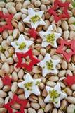 Bolinhos Star-shaped para o Natal com pistachios fotos de stock royalty free