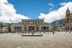 Bolivar fyrkantig och colombiansk slott av rättvisa - Bogota, Colombia royaltyfri bild