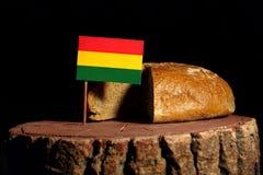 Bolivianische Flagge auf einem Stumpf mit Brot Stockbilder